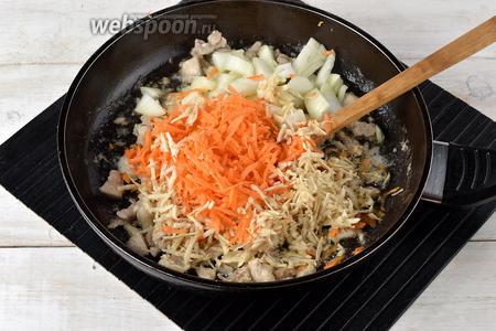 1 морковь, корень сельдерея (35 г) и 1 луковицу очистить. Лук нарезать кубиками, а морковь и корень сельдерея натереть на тёрке с крупными отверстиями. Выложить овощи к мясу, перемешать и готовить 3-4 минуты.
