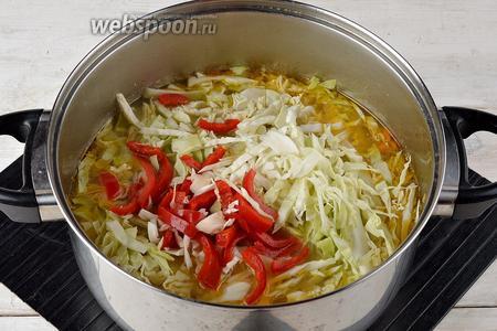 Добавить мелко нашинкованную капусту (200 г) и нарезанный полосками сладкий перец (35 г). Готовить ещё 10-12 минут.
