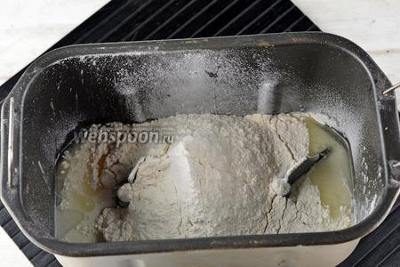Включить хлебопечку на программу «Замес теста» и постепенно добавлять просеянную муку. Количество муки в рецепте названо весьма условно, так как в зависимости от величины яиц и влажности муки, может понадобиться от 400 до 450 г муки. Вы должны помнить только одно: муку следует добавлять до того момента (при работающей хлебопечке), пока тесто не соберётся в мягкий и нежный «колобок».