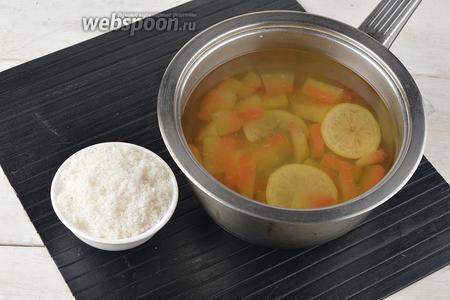 Довести смесь до кипения. Убавить огонь и готовить под крышкой 5-6 минут. В конце добавить сахар (5 ст. л.), перемешать до его растворения.