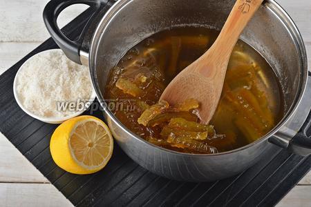 Затем добавить остальной сахар (300 г), лимонный сок из 1/2 лимона (можно и лимонную цедру). Довести до кипения и готовить 5 минут.