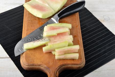 Арбузные корки очистить от зелёной шкурки и нарезать  нетолстыми брусочками.