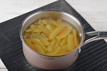 Поместить корки (1 кг) в кастрюлю с водой и отварить до мягкости (приблизительно 15 минут). Отвар слить.