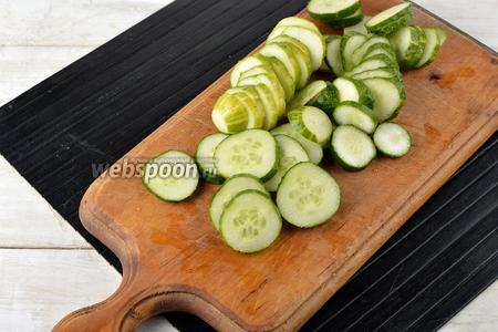 Огурцы (1 кг) вымыть и нарезать толщиной 0,5 сантиметра.