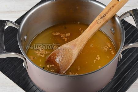 В кастрюле соединить яблочный уксус (2 стакана), горчицу (2 ст. л.), сахар (1,8 стакана), чёрный перец горошком (0,5 ч. л.), куркуму (0,5 ч. л.). Довести до кипения, помешивая, чтобы растворился сахар.