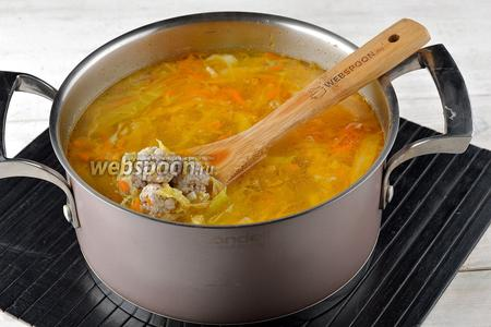 Отправить капусту с фрикадельками в кастрюлю и варить до готовности щей. В конце добавить 2 лавровый листа и 4 чёрного перца горошком.