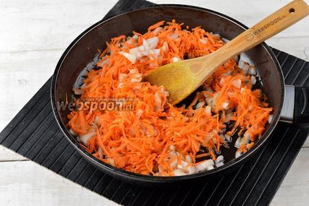 Тем временем 1 морковь очистить и натереть на тёрке с крупными отверстиями. 1 луковицу очистить и порезать мелким кубиком. Выложить морковь и лук в сковороду с подсолнечным маслом (2 ст. л.).