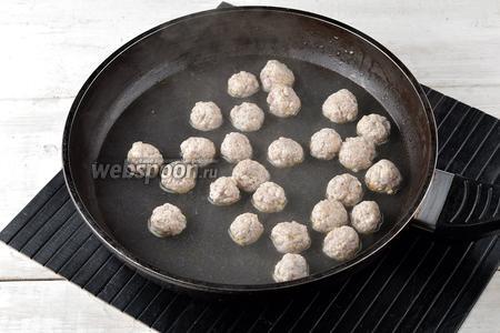 В сковороде или кастрюле вскипятить небольшое количество воды и отварить в ней фрикадельки буквально 1-2 минуты.