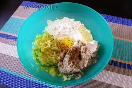 В миску сложим все продукты для оладий: натёртый кабачок, грибную массу с луком и чесноком, 1 яйцо, пшеничную муку (3 ст. л.) и кукурузную муку (2 ст. л.). Посолим и поперчим по вкусу. Муки, возможно, понадобится больше или меньше, это зависит от размера кабачка, от сочности грибов.
