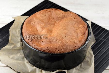 Выпекать шарлотку в предварительно разогретой до 180°С духовке, приблизительно 35 минут до сухой лучинки.