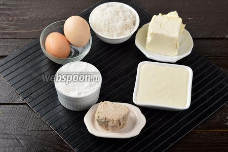 Для работы нам понадобится пшеничная мука, яйца, сметана, сливочное масло, живые дрожжи, сахар.