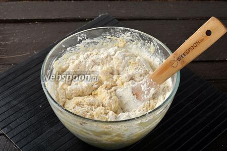 Порциями добавлять остальную просеянную муку (350 г) и замесить тесто. Муки может понадобиться немного больше или меньше, чем указано. Это связано с разной влажностью муки, размером яиц и жирностью сметаны.