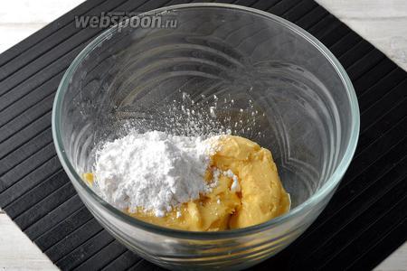 Соединить в миске масло (150 г) комнатной температуры и сахарную пудру (4 ст. л.).