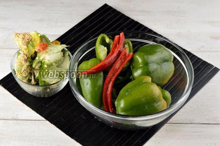 Перец (1 острый и 500 г сладкого) вымыть и разрезать пополам. Удалить у сладкого и острого перца плодоножку и семена.