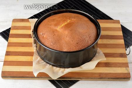 Готовить в предварительно разогретой до 180°С духовке приблизительно 35 минут (до сухой лучинки).