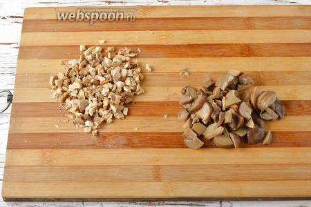 Грецкие орехи (80 г) порубить. Маринованные шампиньоны нарезать тонкими пластинками.