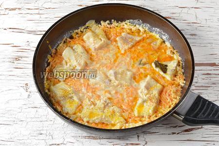 Минтай тушёный в сметане с луком и морковью готов.