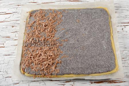 Третью часть белого теста раскатать на пергаменте в пласт (размером 20 на 20 сантиметров). Перенести  тесто в форму. Сверху выложить маковую массу. На мак равномерно натереть на тёрке с крупными отверстиями третью часть замороженного шоколадного теста.