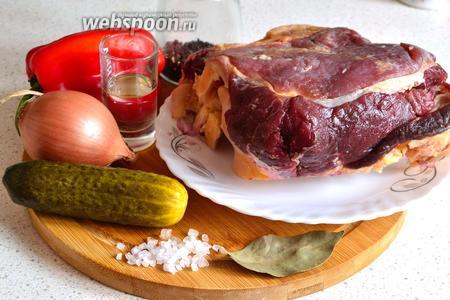 Подготовим продукты: мякоть конины, огурец маринованный (или солёный), лук репчатый, болгарский перец красный, специи, подсолнечное масло для жарки, соль.