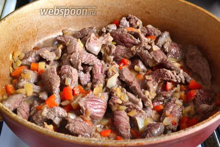 Затем к овощам добавить мясо и обжаривать минут 3-5 на сильном огне, периодически помешивая.