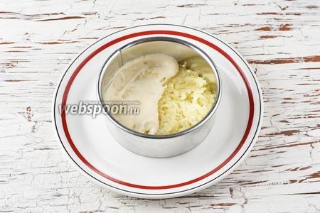 На широкое блюдо выложить формовочное кольцо. Собрать салат, выкладывая продукты слоями: картофель-майонез- шампиньоны-яйца-майонез-тунец (жидкость слить, а тунец размять вилкой)-морковь-сыр.