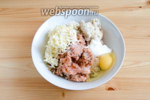 Добавляем в фарш 1 яйцо, сметану и размоченный в молоке хлеб. Натираем на тёрке плавленый сырок и добавляем соль.
