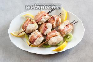 Запекаем их на гриле (или духовке, или на мангале) около 15 минут, по 7-8 минут с каждой стороны. Сервировать этот шашлык хорошо с остатками киви и лимонами.