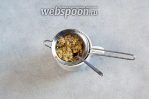 Маракуйю разрезать на половинки и протереть зёрна с мякотью через металлическое ситечко, чтобы получить сок. Зёрна несъедобны.