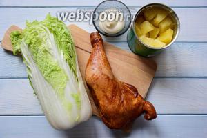 Ингредиенты: копченый куриный окорочок, ананас консервированный, пекинская капуста, майонез, перец, соль.
