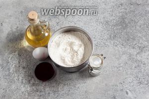 Ингредиенты у меня будут следующие: 300 г пшеничной муки, около 0,5 чайной ложки соли, 1 яйцо, 1 ст. л. растительного масла, 30 мл сока, натёкшего от варёной и очищенной свёклы, и вода. Сколько уйдёт воды, никогда наперёд не знаешь, её добавляют столовыми ложками, пока тесто не начнёт склеиваться. Ориентируйтесь на 6-8 ложек.