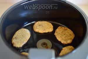 В мультиварку наливаем чуточку масла и нагреваем его в режиме «Мультиварки». Икорные котлеты выкладываем ложкой, придавая им аккуратную форму.
