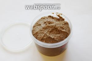 Добавить соль, по желанию немного чеснока. Разложить по пластиковым кюветам, можно даже заморозить, вкус не меняется после разморозки при комнатной температуре или в холодильнике. Если сразу будете подавать на стол, можно поверхность паштета покрыть тонким слоем растопленного масла, украсить целыми или перемолотыми ягодами клюквы или брусники, ягодным соусом, желе.