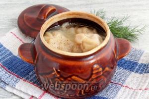 Перед подачей хинкали в горшочках посыпать молотым перцем, дополнить свежей зеленью.