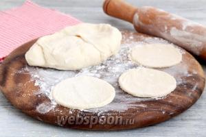 «Отдохнувшее» тесто для хинкали, в горшочках, тонко раскатать, вырезать круги диаметром 12-15 см.