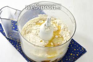 В чашу кухонного комбайна выложить 1 стакан просеянной муки, 0, 25 ч. л. соли, 3 яйца, растопленное сливочное масло (1 ст. л.), воду (0,75 стакана).