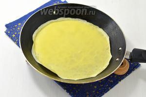 Блинную сковороду слегка смазать растительным маслом и вылить на середину горячей сковороды 3 столовых ложки теста. Наклоняйте сковороду из стороны в сторону, чтобы тесто равномерно распределилось по всему дну сковороды. Готовьте блины 1 минуту, пока они не подрумянятся снизу.