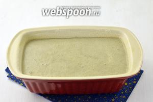 Вылить тесто в смазанную подсолнечным маслом (1 ст. л.) и присыпанную манкой (1 ч. л.) форму. Выпекать до готовности при 180°С. На это уходит приблизительно 30 минут.