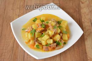 Готовое блюдо подавать порционно в горячем виде, сверху посыпать зеленью. Приятного аппетита!