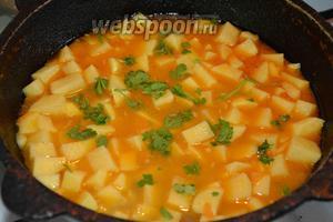 6 веточек петрушки порвать руками и выложить сверху на картофель. Накрываем казан крышкой, и готовим до полной готовности картофеля. Большая часть воды должна выпариться.