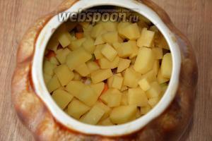 Выложить сверху картофель, солим и перчим по вкусу.