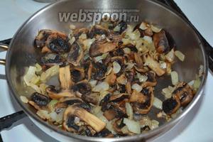 Обжариваем лук и шампиньоны на разогретом подсолнечном масле (50 мл), до золотистого цвета.