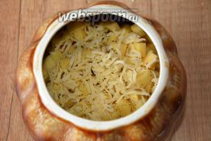 На мелкой тёрке натереть сыр, посыпать сыром (70 г) картофель.