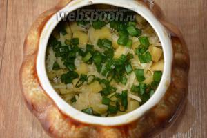 Посыпать луком сыр, добавить воды (1 литр) так, чтобы овощи были покрыты водой сверху на 1-2 см. Накрываем горшочки крышкой и убираем в разогретую до 200°С духовку, на 1 час 20 минут.