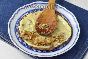 Смазывать печёночные коржи по очереди разными начинками. 1 — столовой ложкой майонеза и грибной начинкой.