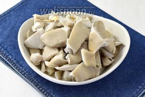 1 кг грибов хорошо промыть и нарезать небольшими кусочками.