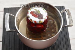 Заполнить банки с черешней горячим сиропом. Выложить банки в посуду с горячей водой. Прикрыть банки сверху крышками. Довести воду до кипения и стерилизовать компот (литровые банки 10 минут, а трёхлитровые банки 15 минут).