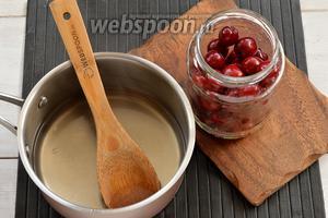 Черешню (1 кг) перебрать, удалить повреждённые ягоды и плодоножки. Промыть под проточной водой. Разложить черешни в стерилизованные банки. Воду (3 литра) с сахаром (300 г) и лимонной кислотой (1 ч. л.) довести до кипения и проварить 1 минуту.