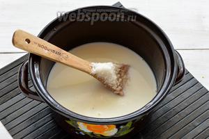 Соединить 700 мл молока, сахар (160 г), ванильный сахар (20 г).