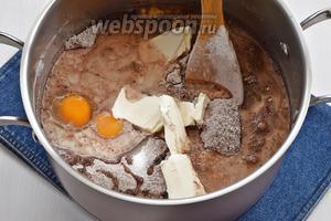 В кастрюле соединить просеянную с содой (1,5 ч. л.), какао (55 г) и солью (1 ч. л.) муку (250 г), 2 яйца, мягкое сливочное масло (60 г), молоко (280 мл), оливковое масло (60 мл), сахар (250 г), ванильный сахар (20 г).