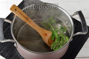 Снять кастрюлю с огня, выложить в сироп промытые веточки мяты (15 г), закрыть крышкой и оставить до полного остывания.